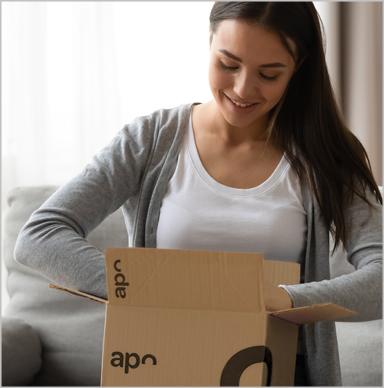 Paketbote übergibt Kundin mehrere Päckchen von juvalis.de