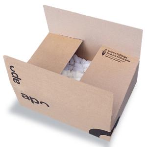 Ein Karton von juvalis.de, welcher mit Maischips als Verpackungsmaterial gefüllt ist